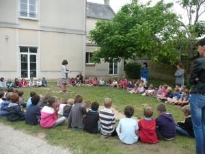 les_enfants_se_retrouvent_dans_le_jardin1
