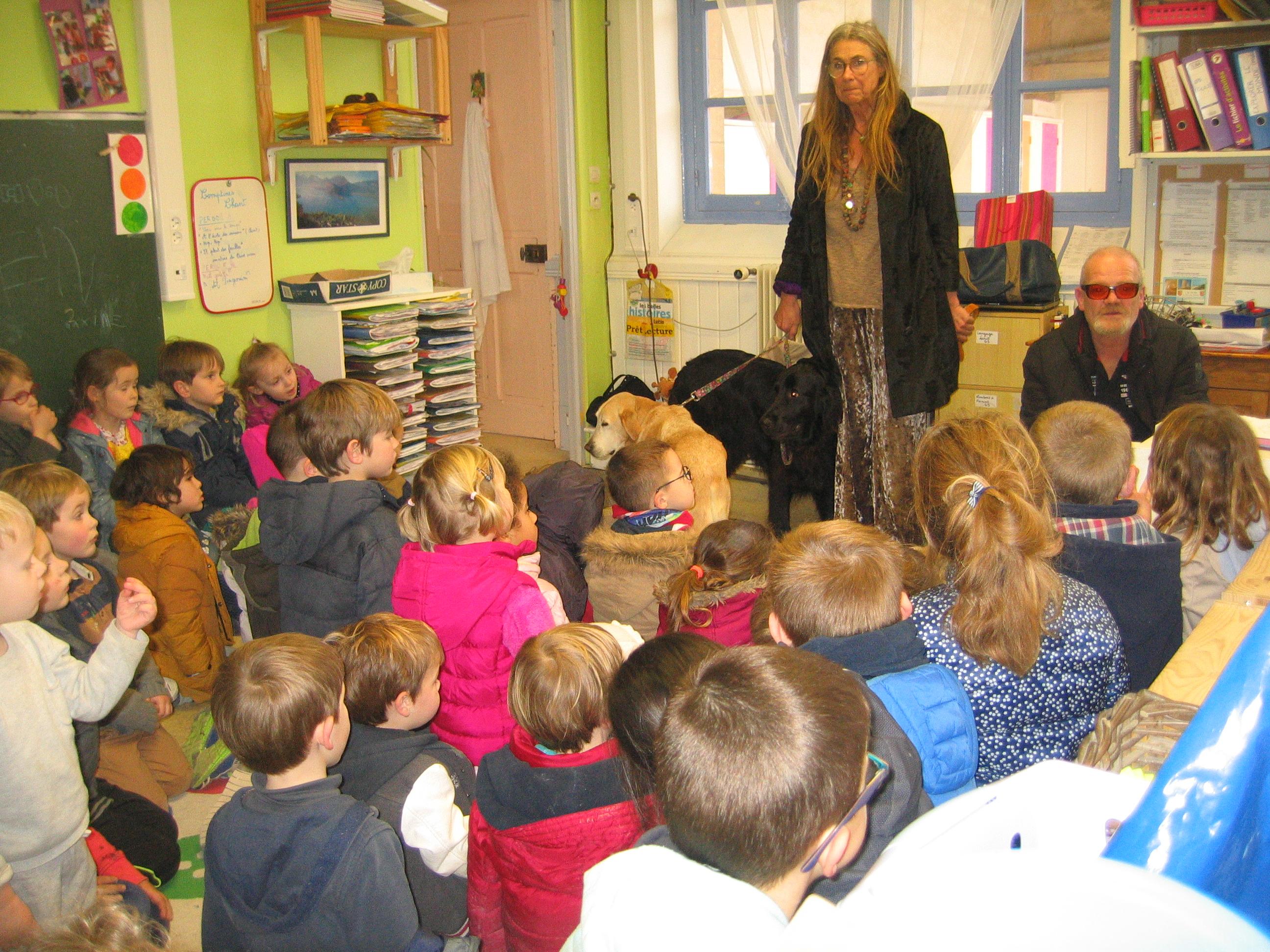 Visite des chiens d'aveugles à l'école !!! - Ecole Sainte