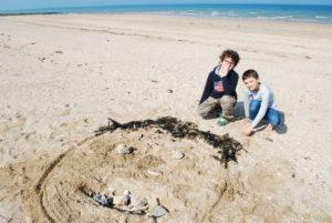 DSC 0048 300x201 Land art à la plage en CE2 CM1