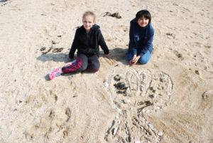 DSC 0051 300x201 Land art à la plage en CE2 CM1