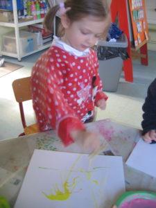 peinture sans pinceaux 1 e1554132386529 225x300 En maternelle on expérimente la peinture sans pinceaux !