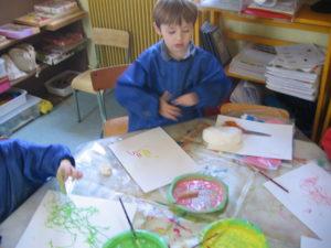 peinture sans pinceaux 10 300x225 En maternelle on expérimente la peinture sans pinceaux !