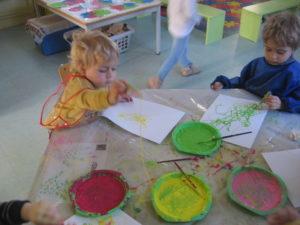 peinture sans pinceaux 11 300x225 En maternelle on expérimente la peinture sans pinceaux !