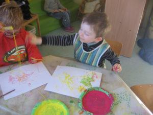 peinture sans pinceaux 12 300x225 En maternelle on expérimente la peinture sans pinceaux !