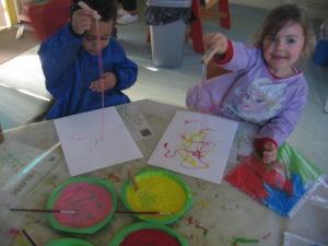 peinture sans pinceaux 13 300x225 En maternelle on expérimente la peinture sans pinceaux !