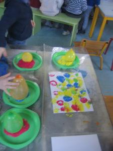 peinture sans pinceaux 14 e1554132255120 225x300 En maternelle on expérimente la peinture sans pinceaux !