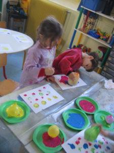 peinture sans pinceaux 15 e1554132275818 225x300 En maternelle on expérimente la peinture sans pinceaux !
