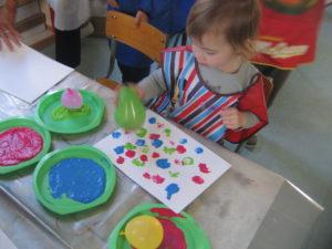 peinture sans pinceaux 16 300x225 En maternelle on expérimente la peinture sans pinceaux !