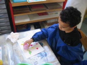 peinture sans pinceaux 17 300x225 En maternelle on expérimente la peinture sans pinceaux !