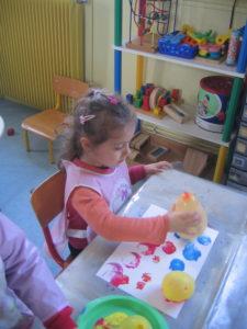 peinture sans pinceaux 18 e1554132238927 225x300 En maternelle on expérimente la peinture sans pinceaux !