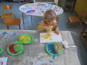 peinture sans pinceaux 19 300x225 En maternelle on expérimente la peinture sans pinceaux !