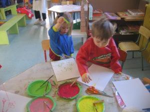 peinture sans pinceaux 2 1 300x225 En maternelle on expérimente la peinture sans pinceaux !