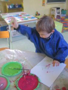 peinture sans pinceaux 22 e1554132197210 225x300 En maternelle on expérimente la peinture sans pinceaux !