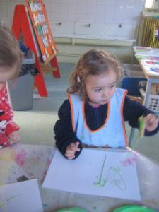 peinture sans pinceaux 23 e1554132177494 225x300 En maternelle on expérimente la peinture sans pinceaux !