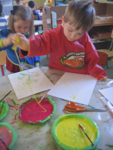 peinture sans pinceaux 4 e1554132360264 225x300 En maternelle on expérimente la peinture sans pinceaux !