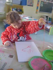 peinture sans pinceaux 5 e1554132327752 225x300 En maternelle on expérimente la peinture sans pinceaux !
