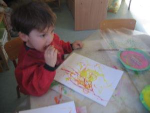 peinture sans pinceaux 6 300x225 En maternelle on expérimente la peinture sans pinceaux !