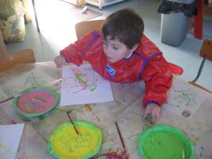 peinture sans pinceaux 7 300x225 En maternelle on expérimente la peinture sans pinceaux !