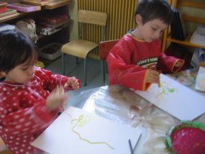 peinture sans pinceaux 8 300x225 En maternelle on expérimente la peinture sans pinceaux !