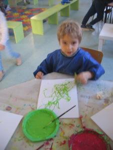 peinture sans pinceaux 9 e1554132302653 225x300 En maternelle on expérimente la peinture sans pinceaux !
