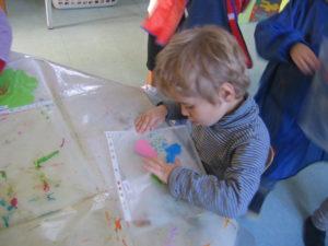 pochette 1 300x225 En maternelle on expérimente la peinture sans pinceaux !