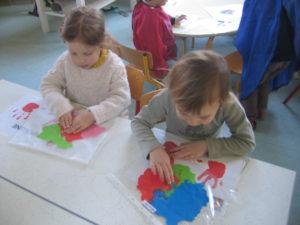 pochette 10 300x225 En maternelle on expérimente la peinture sans pinceaux !