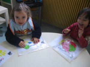pochette 11 300x225 En maternelle on expérimente la peinture sans pinceaux !