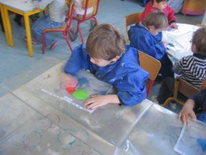 pochette 3 300x225 En maternelle on expérimente la peinture sans pinceaux !