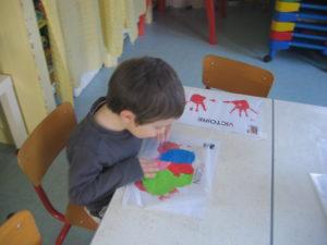 pochette 300x225 En maternelle on expérimente la peinture sans pinceaux !