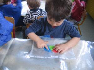 pochette 4 300x225 En maternelle on expérimente la peinture sans pinceaux !