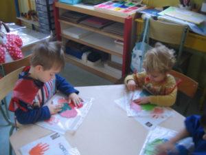 pochette 7 300x225 En maternelle on expérimente la peinture sans pinceaux !