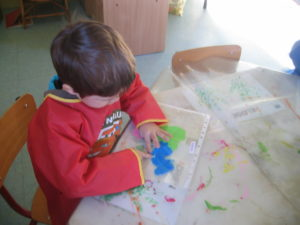 pochette 8 300x225 En maternelle on expérimente la peinture sans pinceaux !