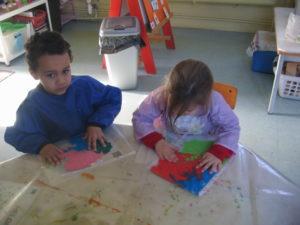 pochette 9 300x225 En maternelle on expérimente la peinture sans pinceaux !